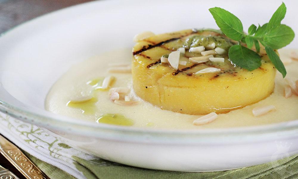 Polenta brustolada com fonduta de queijo