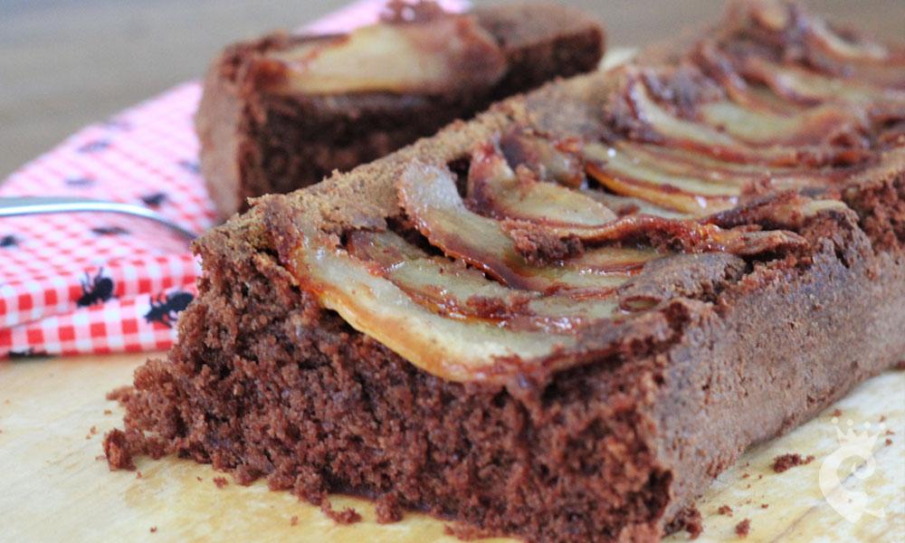 Bolo de chocolate, especiarias e peras