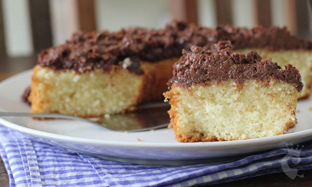 Bolo de coco com cobertura crocante de chocolate e nozes