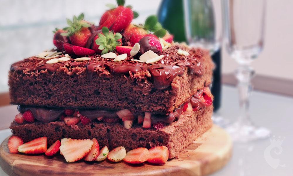 Bolo de chocolate com ganache e morangos