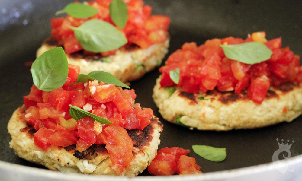 Ricota grelhada com tomate e manjericão